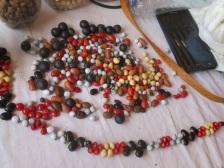 Siloé fait son artisanat avec les artisans locaux