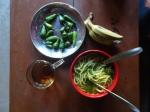 petit déj avec salade de nouilles (et piment, pas trop pour nous), thé, banane