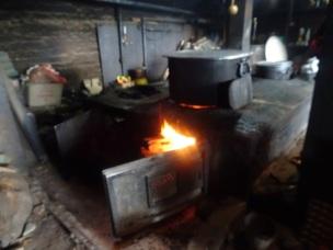 Cuisine avec marmites géantes au monastère de Thuptenchholing