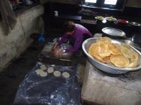 Marion prépare les galettes frites