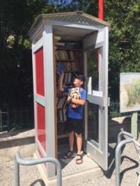 Nils fait son marché dans la cabine libre livre à Laborel