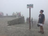 le sommet est dans la brume. Elio est monté en train ? non non